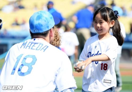 지난해 6월 18일 마에다가 다저스에서 뛰던 시절, 아버지의 날에 마에다 겐타의 딸(오른쪽)이 아빠를 보며 행복한 웃음을 짓고 있다.