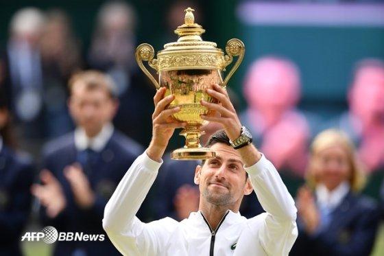 2019 윔블던 남자단식 우승자 조코비치가 우승 트로피를 들어 올리고 있다. /AFPBBNews=뉴스1