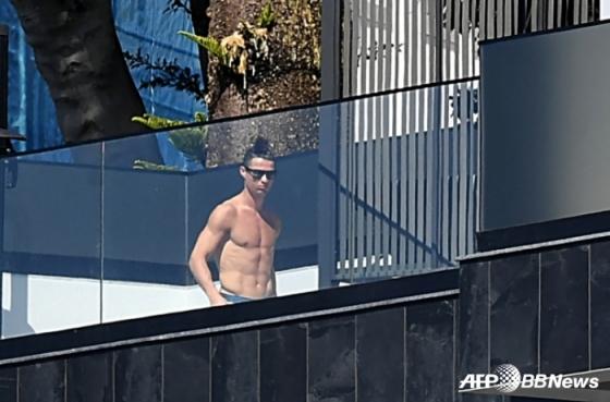지난 3월 16일(현지시간) 포르투갈 별장의 수영장으로 추정되는 곳에서 일광욕을 즐기고 있는 호날두. /AFPBBNews=뉴스1