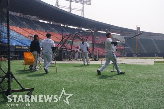 채은성 등 동료들과 롱티 훈련을 하고 있는 김현수(오른쪽). /사진=김동영 기자