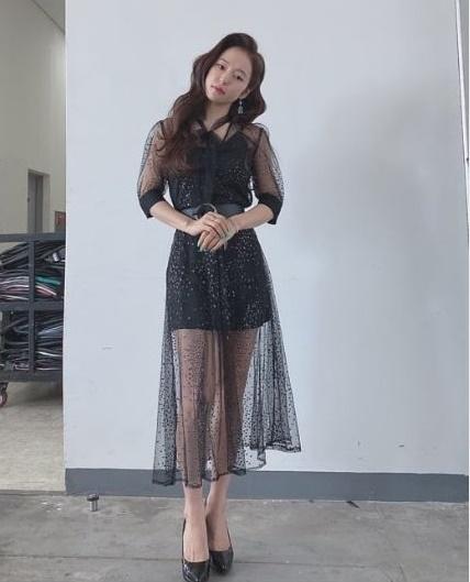 홍자, 블랙 시스루 원피스 입고 매력 발산