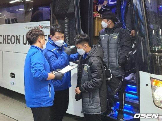 인천 유나이티드 선수단이 9일 인천축구전용경기장에서 열린 K리그1 대구 FC와 경기를 앞두고 구단 버스에서 내리면서 발열 체크를 하고 있다. /사진=OSEN