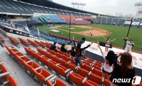 10일 서울 잠실구장에서 열린 KBO리그 두산-KT의 경기에서 두산 응원단이 무관중 속에서 응원을 펼치고 있다. /사진=뉴스1