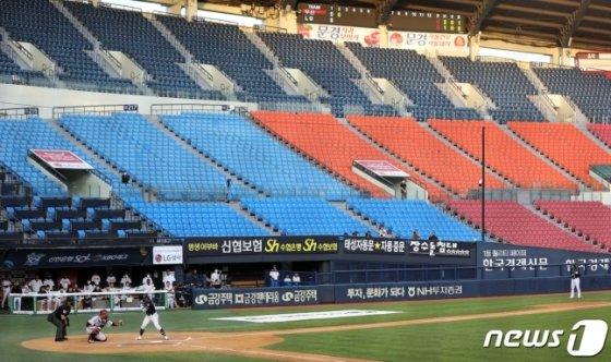 지난 6일 관중없이 LG와 두산의 경기가 치러지고 있다. /사진=뉴스1