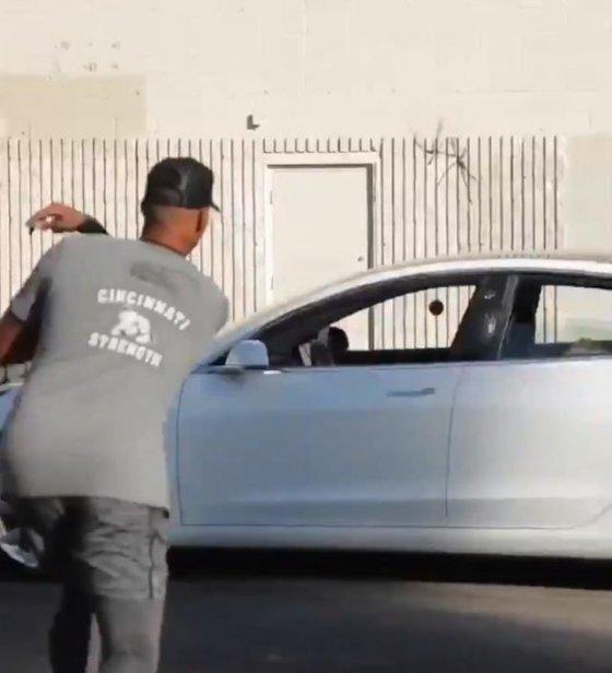 헌터 그린이 지나가는 자동차 창문에 공을 통과시키고 있다./사진=헌터 그린 트위터