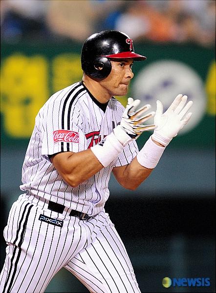 LG 시절 홈런을 날린 뒤 박수를 치는 페타지니. 일본프로야구 홈런왕 출신의 그는 2008년 시즌 도중 LG에 입단해 2009년까지 183경기에서 타율 0.338, 33홈런 135타점을 올리며 활약했다.  /사진=뉴시스
