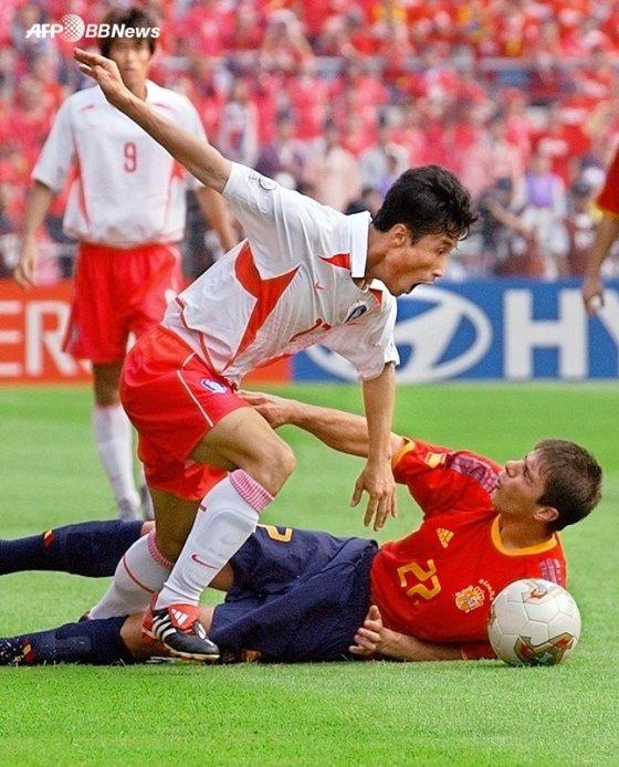 2002년 월드컵 당시의 이을용과 호아킨. /AFPBBNews=뉴스1