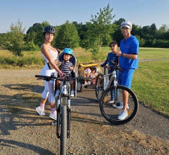 가족들과 함께 자전거 타는 호날두(오른쪽). /사진=호날두 SNS