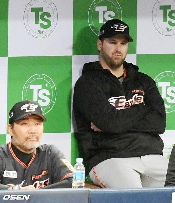 한용덕 한화 감독(왼쪽)과 워윅 서폴드. /사진=OSEN