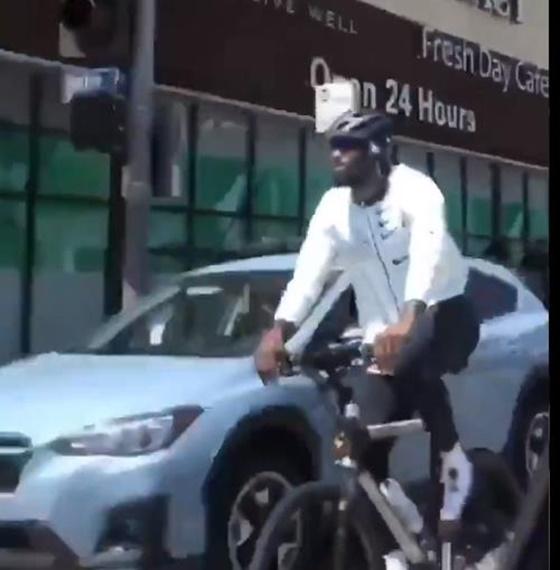 자전거 타는 르브론 제임스. /사진=ESPN 트위터 캡처