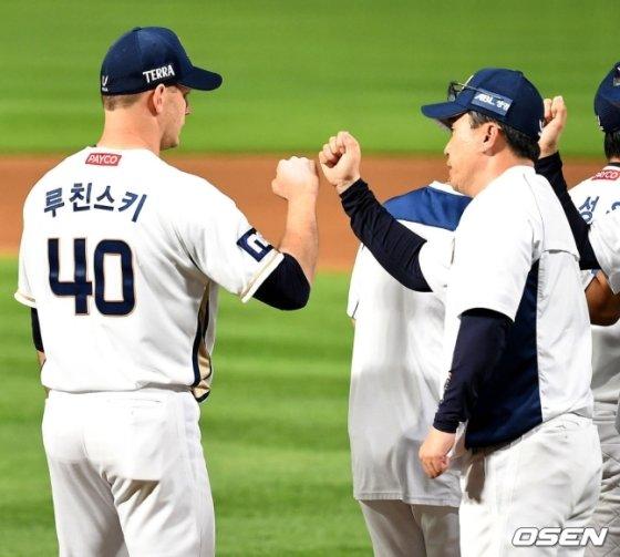 NC 루친스키(왼쪽)-이동욱 감독.  /사진=OSEN