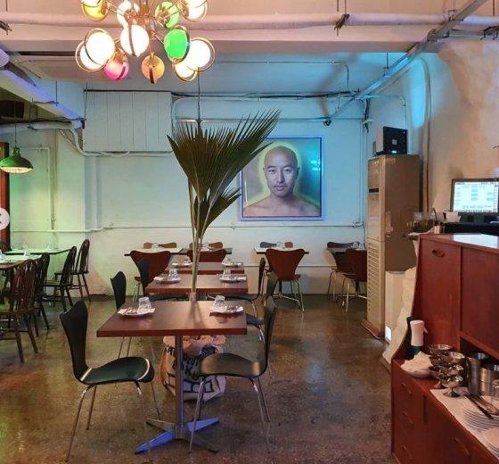 손님이 한 테이블도 없는 홍석천의 식당 / 사진출처=홍석천 SNS