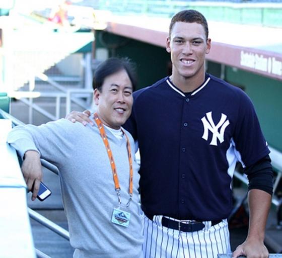 이상희(왼쪽) 기자가 뉴욕 양키스의 애런 저지와 기념촬영을 하고 있다.  /사진=이상희 기자