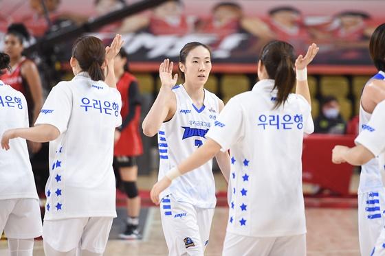 지난 시즌 우승 팀 아산 우리은행 선수들. /사진=WKBL