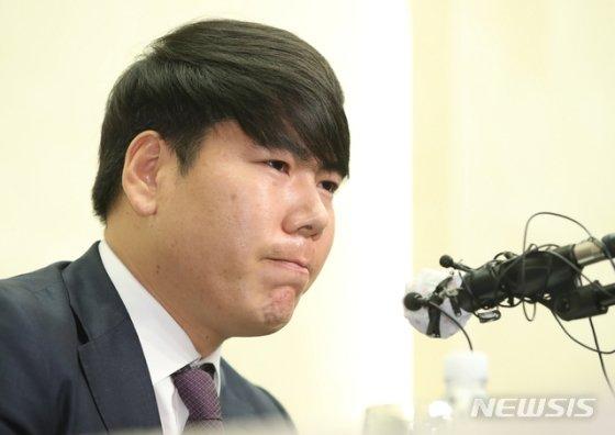 강정호가 지난 23일 기자회견에서 질문을 듣고 있다. /사진=뉴시스