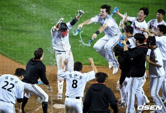 30일 잠실 KT전 끝내기 홈런을 치고 들어오는 홍창기를 LG 선수들이 기쁘게 맞아주고 있다.
