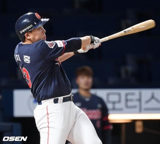 홈런 포함 3안타 3타점을 폭발시킨 롯데 안치홍.
