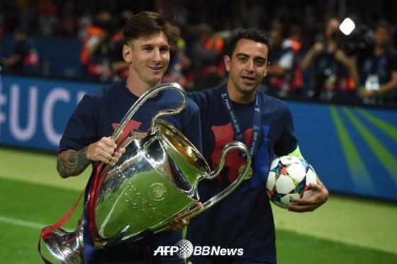2014~2015시즌 우승 당시 메시(왼쪽)와 사비 에르난데스./AFPBBNews=뉴스1