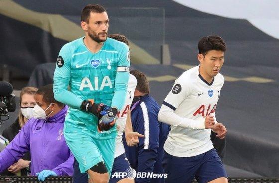 손흥민(오른쪽)과 요리스. /AFPBBNews=뉴스1