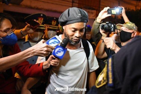 석방 당시의 호나우지뉴./AFPBBNews=뉴스1