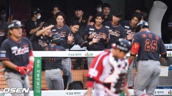 한화 선수들이 19일 LG전 8회 최진행의 동점 희생 플라이로 홈인한 하주석을 환영하고 있다. /사진=OSEN