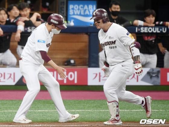 2-2를 만드는 동점 홈런 이후 기뻐하는 박병호(오른쪽).