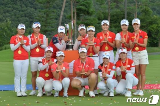 국내 KLPGA팀이 박인비 인비테이셔널에서 우승을 차지한 뒤 기념촬영을 하고 있다. /사진=뉴스1