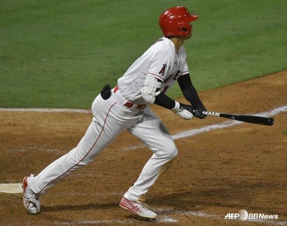 자신의 타구를 확인하고 있는 오타니. /AFPBBNews=뉴스1