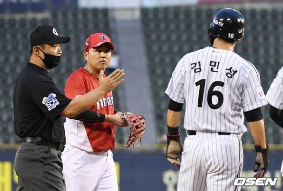 설전을 하고 있는 나주환(왼쪽)과 김민성.