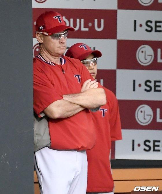 경기를 지켜보고 있는 윌리엄스 감독(왼쪽).