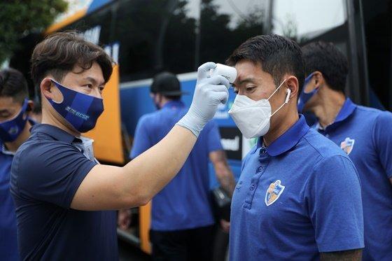 체온측정하고 있는 울산의 신진호(오른쪽). /사진=한국프로축구연맹 제공
