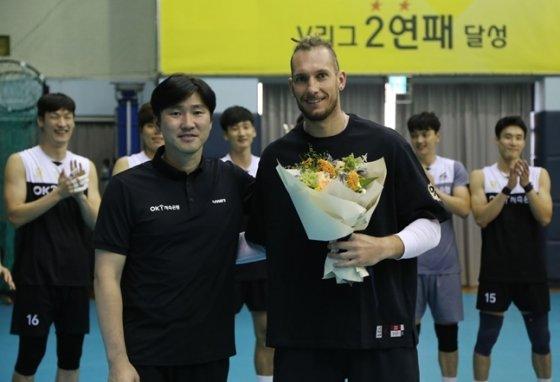 석진욱 감독(왼쪽)과 자가격리 후 팀에 합류한 펠리페./사진=OK저축은행
