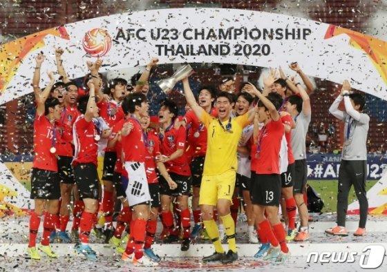 대한민국 U-23 대표팀이 태국 방콕 라자망갈라 스타디움에서 열린 \'2020 아시아축구연맹(AFC) U-23 챔피언십\' 사우디 아라비아와 결승전에서 1-0으로 이긴 뒤 우승컵을 들어올리고 있다. /사진=뉴스1
