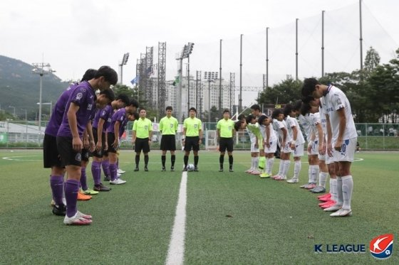 2020 K리그 주니어 A조 대회 모습. FC안양 U-18 유스팀 안양공업고등학교(왼쪽)와 수원 삼성 U-18 유스팀 매탄고등학교 선수들이 도열한 채 인사를 나누고 있다. /사진=한국프로축구연맹 제공