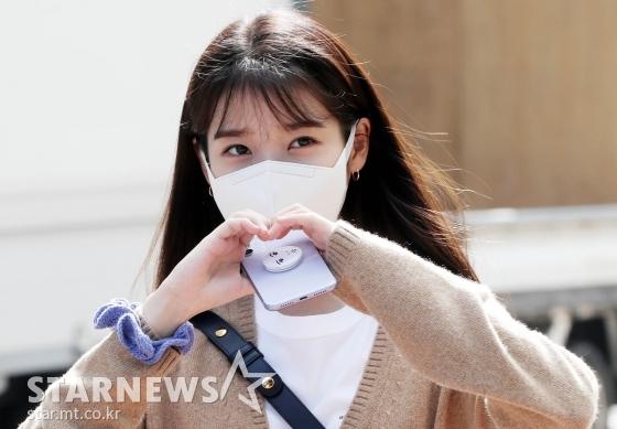 아이유가 지난 15일 '유희열의 스케치북' 녹화를 위해 KBS에 들어서고 있는 모습 /사진=스타뉴스