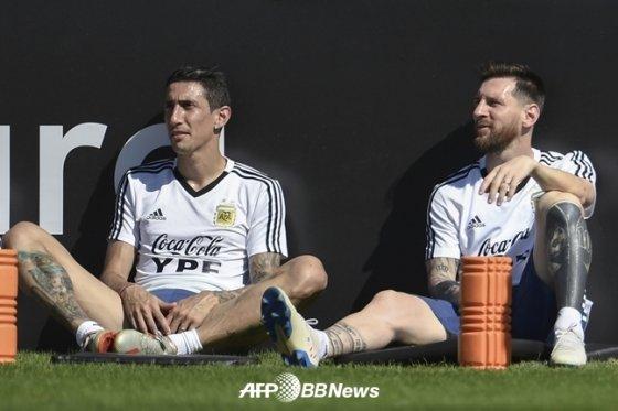 아르헨티나 대표팀에서의 앙헬 디 마리아와 메시(오른쪽)./AFPBBNews=뉴스1