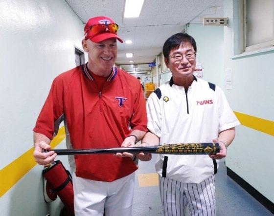 류중일 LG 감독(오른쪽)이 지난 8월 13일 잠실구장에서 선물한 기념 배트를 들고 윌리엄스 감독이 환하게 웃고 있다. /사진=LG 트윈스 제공