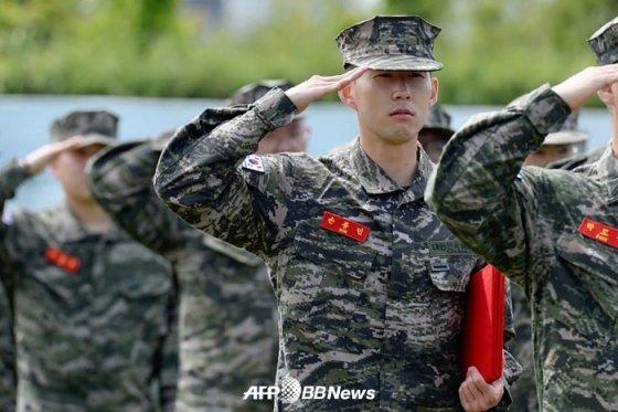 지난 5월 제주도 해병대 9여단 훈련소에서 기초군사훈련을 마친 뒤 퇴소하는 손흥민. /AFPBBNews=뉴스1