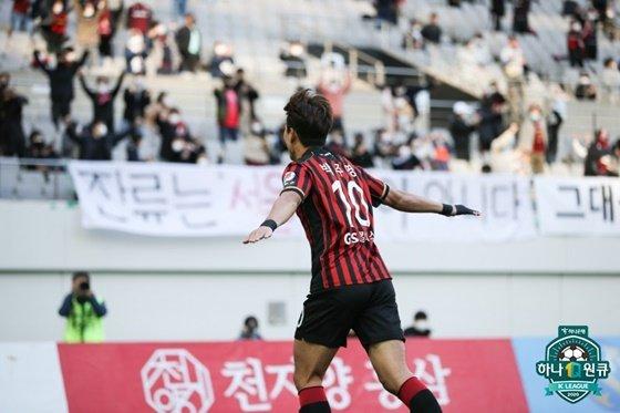 박주영이 프리킥 골을 넣은 뒤 세리머니를 위해 팬들에게 달려가고 있다. /사진=한국프로축구연맹 제공