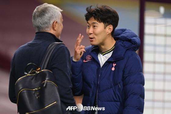 무리뉴 감독과 대화 나누고 있는 손흥민(오른쪽)./AFPBBNews=뉴스1