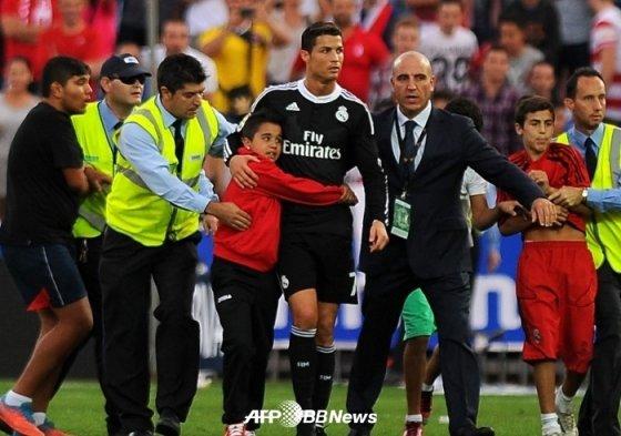 지난 2014년 11월 1일(현지시간) 당시 레알 마드리드에서 뛴 호날두가 프리메라리가 그라나다전(4-0 승) 이후 경기장에 난입한 꼬마 팬을 안아주고 있다. /AFPBBNews=뉴스1