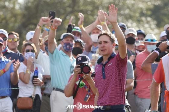 우승 확정 후 갤러리 앞에서 손을 들어보이고 있는 오티스. /AFPBBNews=뉴스1