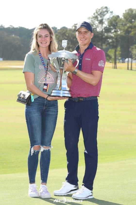 오티스(오른쪽)와 그의 아내 할레이가 우승 트로피를 든 채 포즈를 취하고 있다. /AFPBBNews=뉴스1