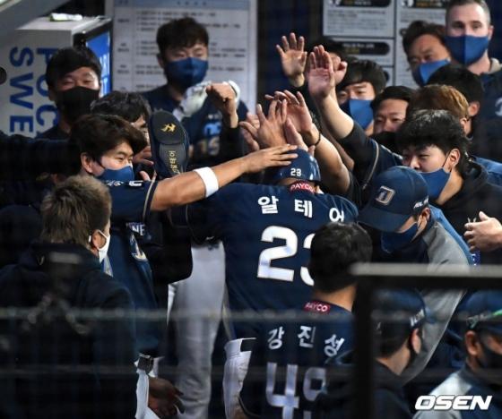 9회 2사 2루에서 NC 알테어가 지석훈의 1타점 적시 2루타에 득점을 올리고 더그아웃에서 동료선수들과 기뻐하고 있다.