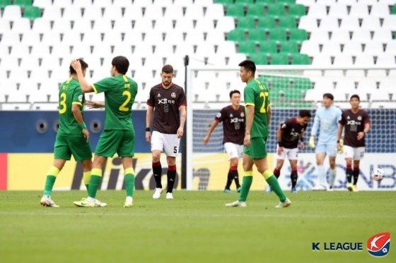 베이징의 2번째 골이 나오자 아쉬워하는 서울 선수들. /사진=한국프로축구연맹 제공