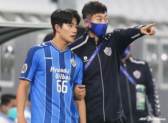 김도훈 감독(오른쪽)이 설영우에게 작전 지시를 하고 있다. /AFPBBNews=뉴스1