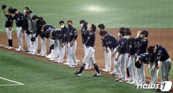 아쉽게 준우승에 그친 두산 선수들이 팬들을 향해 인사하고 있다. /사진=뉴스1