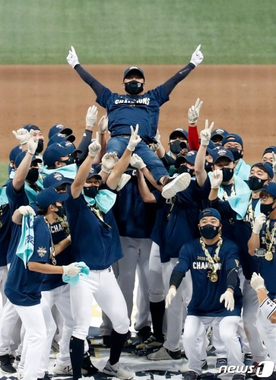 김택진(가운데) NC 구단주가 24일 우승 뒤 선수들의 헹가래를 받고 있다.  /사진=뉴스1