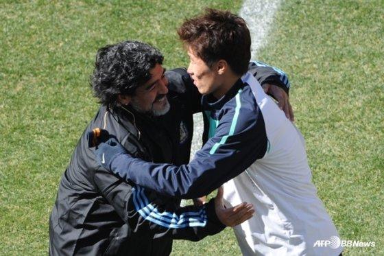 2010 남아공 월드컵에서 한국전을 앞두고 박지성(오른쪽)과 포옹을 하는 마라도나. /AFPBBNews=뉴스1