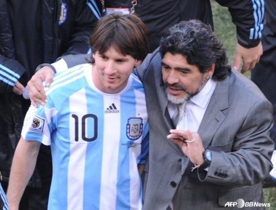 2010 남아공 월드컵에서 한국전이 끝난 뒤 리오넬 메시(왼쪽)와 대화를 하고 있는 마라도나(오른쪽). /AFPBBNews=뉴스1